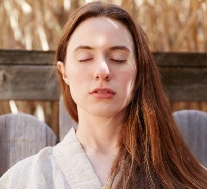 Frau entspannt mit geschlossenen Augen