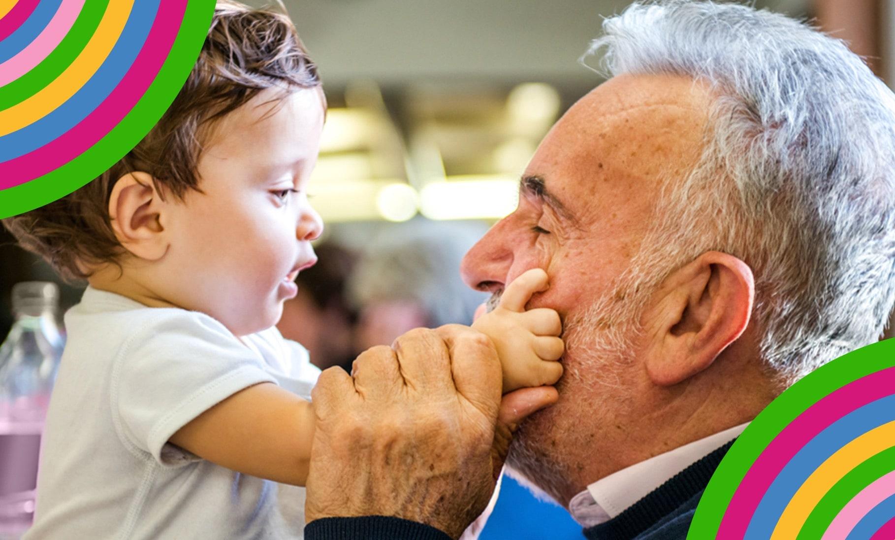 Baby fasst altem Mann ins Gesicht
