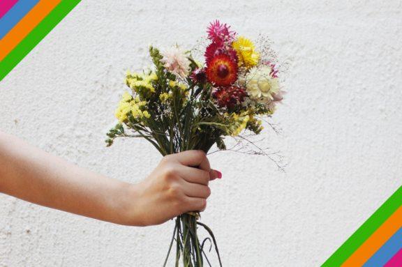 Blumenstrauß wird gehalten
