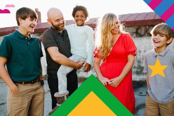 Familie schaut lächelnd auf Sohn