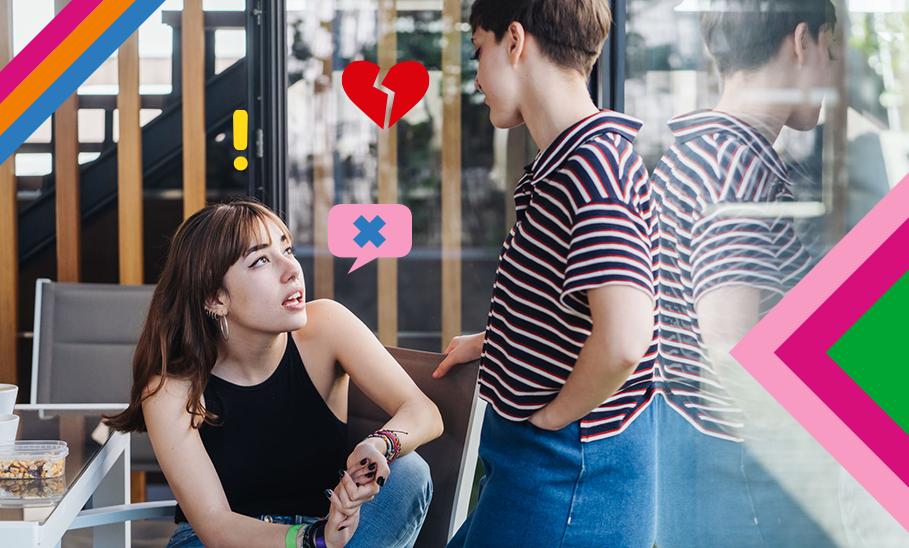 Zwei Mädchen sprechen miteinander