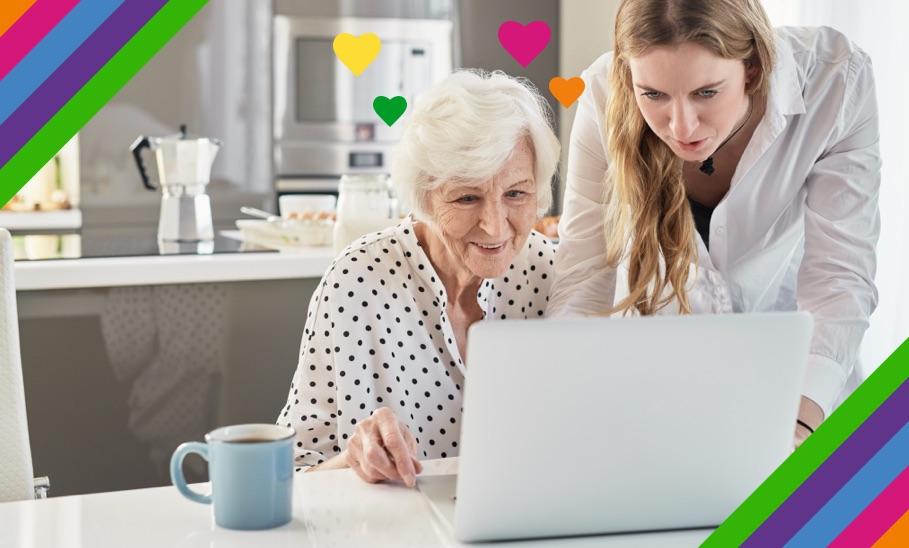 Frau und ältere Dame schauen auf Laptop