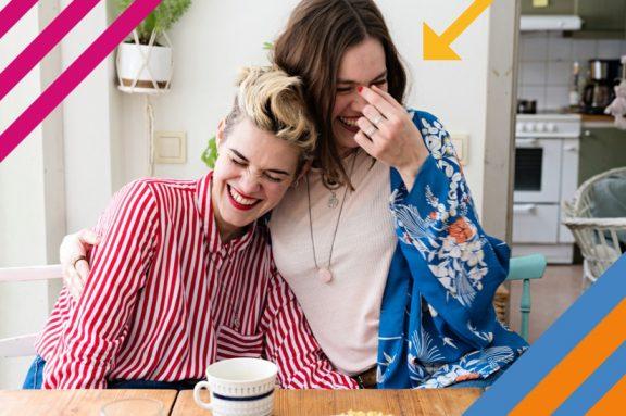 Zwei sich umarmende, lachende Frauen