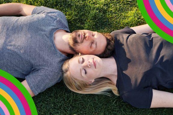 Mann und Frau liegen auf Rasen
