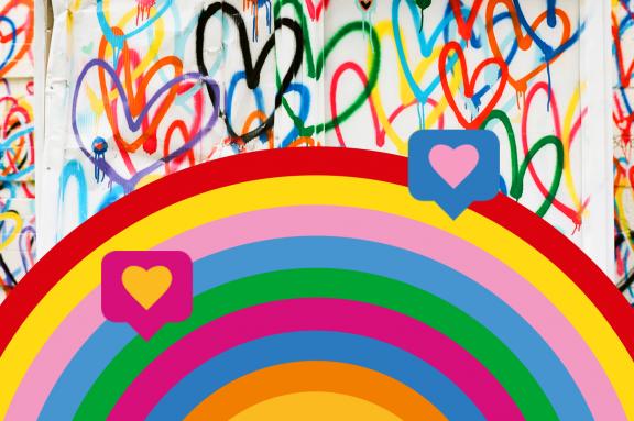 Mit bunten Herzen bemalte Wand