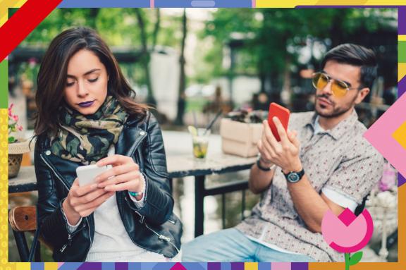 Frau und Mann sitzen am Smartphone
