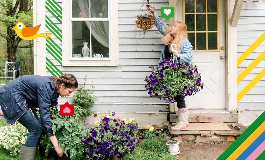 Zwei Frauen bepflanzen Garten