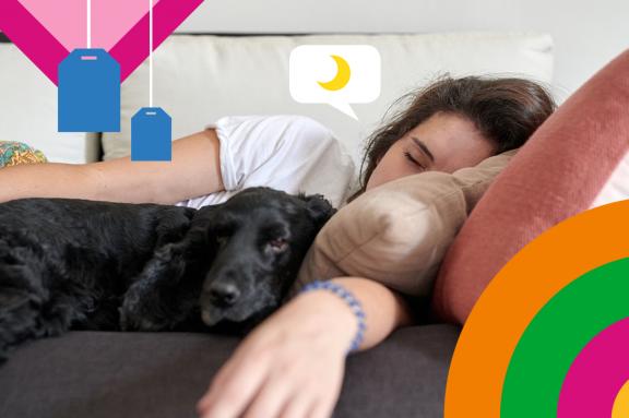 Frau und Hund schlafen auf Couch