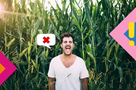 Mann steht vor einem Maisfeld und brüllt