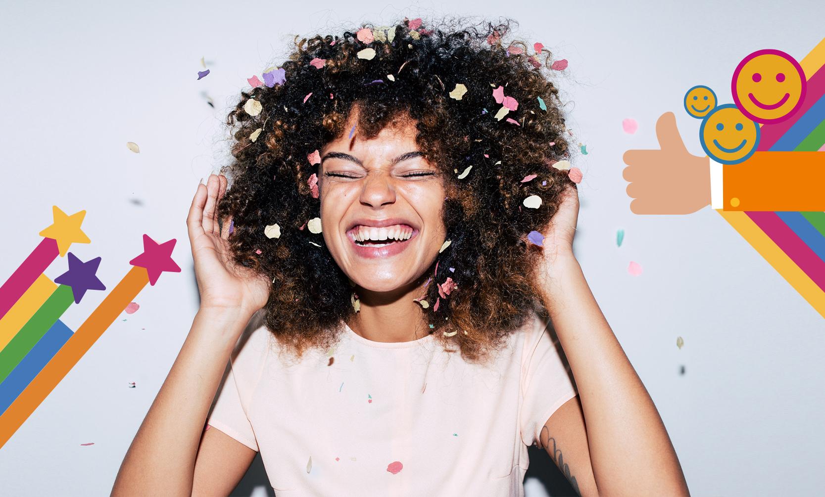 Fröhliche Frau mit Konfetti im Haar