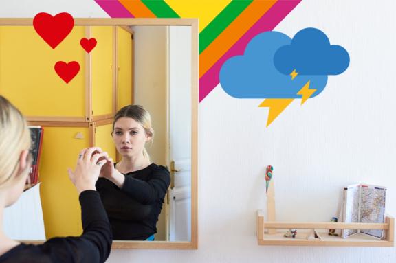 Eine Frau vor einem Spiegel berührt ihr Spiegelbild.