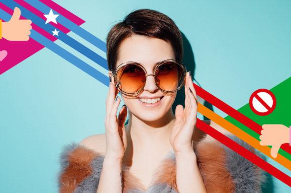 Fröhliche Frau mit Sonnenbrille